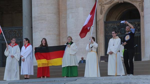 Ramona während der Papstaudienz mit der deutschen Fahne. | Rechte: KiKA/house of media