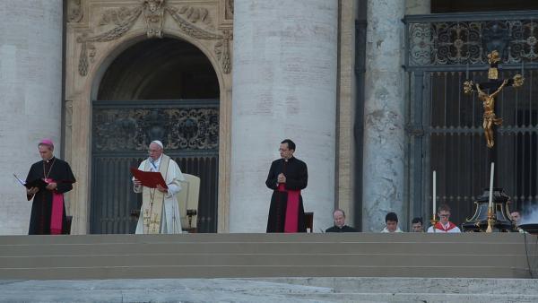 Papstpredigt auf dem Petersplatz. | Rechte: KiKA/house of media