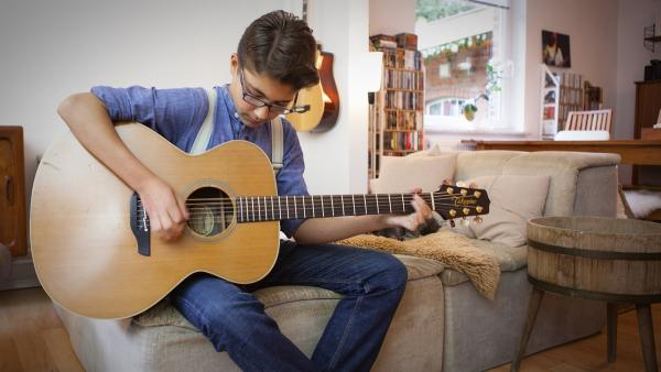 Kjell komponiert zuhause einen Rockabilly-Song. | Rechte: SWR/Nordisch Filmproduction
