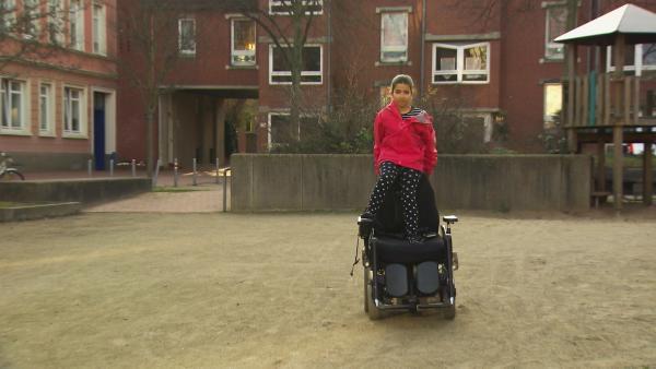 Assol ist 9 Jahre alt und kennt ihre Mutter nur im Rollstuhl. Aber auch wenn Assol anders lebt als ihre Freundinnen, ist sie glücklich. | Rechte: Radio Bremen/Lür Wangenheim & Anna-Maria Meyer