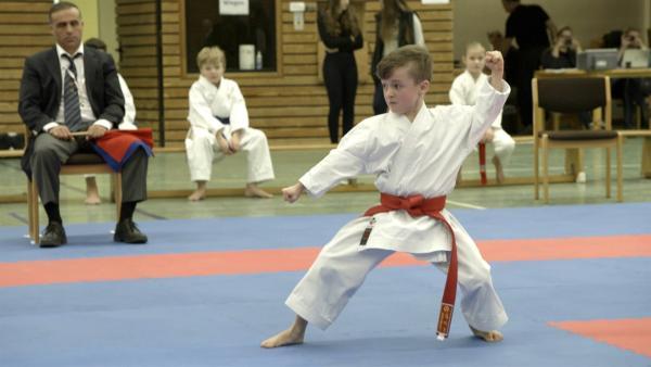Andrew ist acht Jahre alt und trainiert seit drei Jahren Karate. | Rechte: Radio Bremen/Bremedia Produktion
