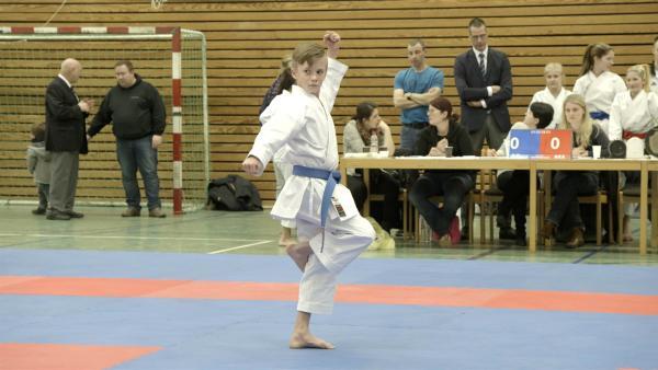 Aidan bei einem Kampf. Wettkämpfe finden beim Karate unter anderem gegen einen unsichtbaren Gegner statt. | Rechte: hr/Nathaly Parker