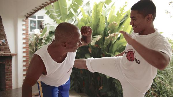 Geilson beim Capoeira-Training mit seinem Meister Kanoa | Rechte: KiKA/Ralf Gemmecke