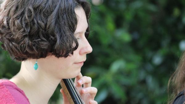 Ottilie am Cello - beim Auftritt mit ihrer Band. | Rechte: MDR/Bernadette Hauke