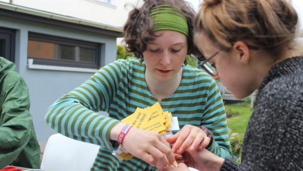 Guerillia Aktion gegen Plastikverpackungen im Supermarkt - Ottilie (li) und Elise planen ihre Kampagne. | Rechte: MDR/Bernadette Hauke
