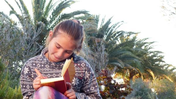 Abends hat Sophia Zeit für ihr Tagebuch. | Rechte: KiKA/Erik Lötsch