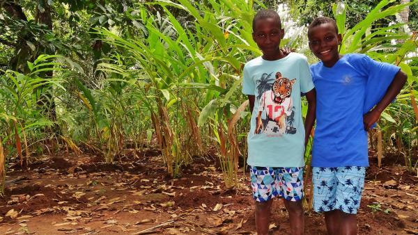 Rashidi (l.) und Hamisi sind mit ihren schönsten Klamotten auf dem Weg zum Opferfest in die Stadt.   Rechte: SWR/Frank Feustle