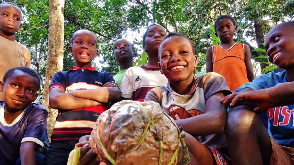 Wenn Rashidi und Hamisi nicht mit den Nelken beschäftigt sind, spielen sie mit ihren Freunden Fußball. Den Ball haben sie aus Abfalltüten selbst gemacht.  | Rechte: SWR/Frank Feustle
