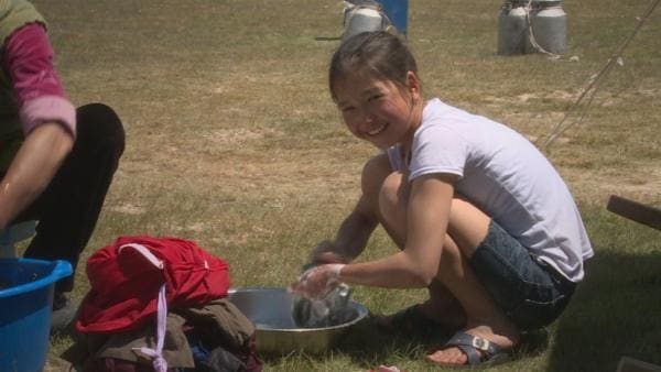 Erkinai wird schon früh auf spätere Aufgaben vorbereitet und hilft hier gerade ihrer Mutter beim Wäsche waschen. | Rechte: rbb/Arpad Bondy Filmproduktion/Nadine Boller