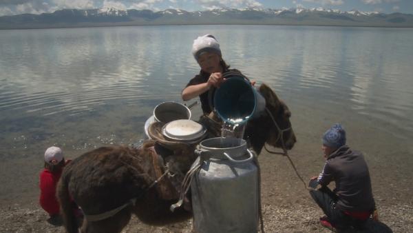Erkinai ist Halbnomadin und lebt mit ihrer Familie in Kirgistan. Dort lebt die Familie in Jurten – völlig abgeschottet vom Rest der Welt. Auch das Wasser muss die Familie aus umliegenden Gewässern holen. | Rechte: rbb/Arpad Bondy Filmproduktion/Nadine Boller