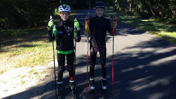 Luis und Lasse beim Skirollern | Rechte: SWR/Carolina Wolf/GIGAHERZ