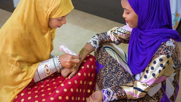 Al-Anood bekommt eine Henna-Bemalung | Rechte: KiKA/Bea Müller