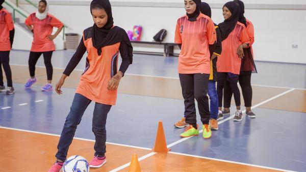 Al-Anood und ihre Freundinnen beim Fußballtraining | Rechte: KiKA/Bea Müller