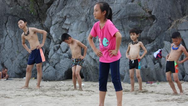 Vi bei der Strandgymnastik mit Kindern aus dem Schwimmunterricht. | Rechte: rbb/Wolfgang Rebernik