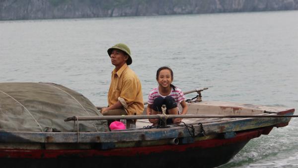 Vi hilft Opa Nhge beim Fischen im Meer. | Rechte: rbb/Wolfgang Rebernik