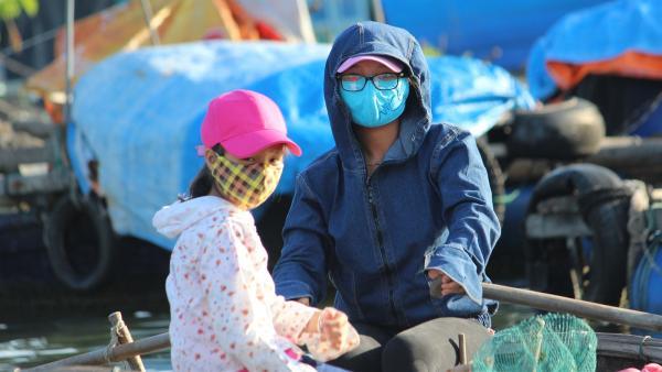 Vi und ihre Cousine sammeln Plastikflaschen aus dem Wasser. Der Gesichtsschutz schütz vor der Sonne und auch vor dem Staub. | Rechte: rbb/Wolfgang Rebernik