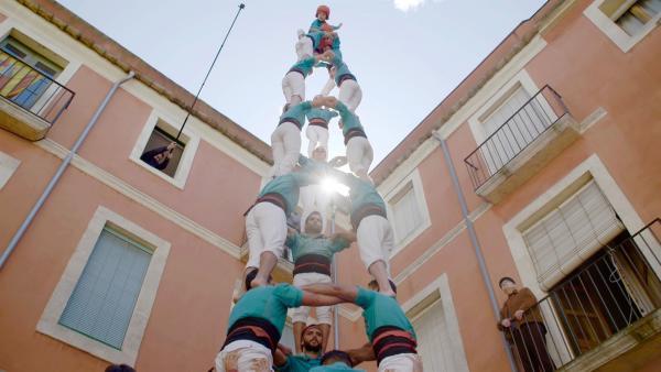"""Castellers de Vilafranca, am Dia del Graller. Das Castell """"3 de 9"""", das """"Enxeneta"""" (""""Eichhörnchen"""") hebt die Hand für die Wertung.   Rechte: SWR/Christian Marohl"""