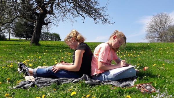 Annika und Hanna sind beste Freundinnen. | Rechte: rbb/Preuss Filmproduktion Berlin
