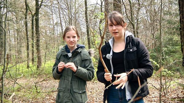 Die Asche ihres Vaters ist in einem Friedwald unter einem Baum vergraben. Mariella und Lilli besuchen den Ort oft. | Rechte: Radio Bremen/János Kereszti