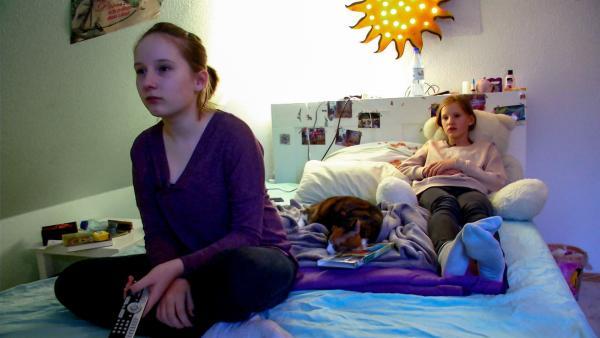 Zwei Mädchen im Bett mit Fernbedienung | Rechte: Radio Bremen/János Kereszti