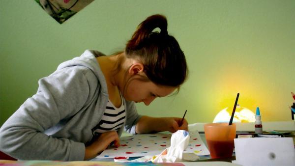 Mariella ist gern für sich. Wenn sie allein ist, kann sie ihre Zeit so nutzen, wie es ihr am besten gefällt. Zum Malen zum Beispiel. | Rechte: Radio Bremen/János Kereszti