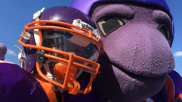 Beim American Football geht es hart zur Sache, darum braucht man eine gute Ausrüstung mit einem Helm, Mund- und Tiefschutz und vielen Polstern. Für die Portion Glück sorgt das Maskottchen der Frankfurt Universe.  | Rechte: hr
