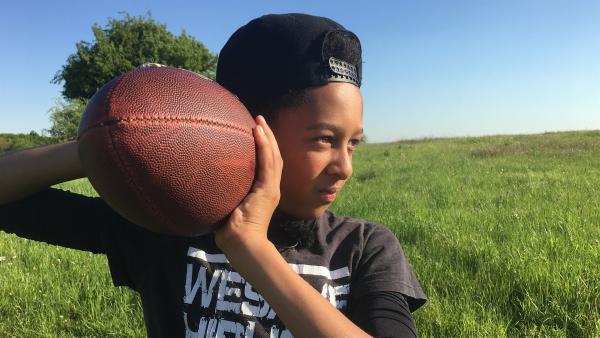 Jontae übt das Werfen und Fangen mit dem Ei, wie der Ball beim Football heißt. | Rechte: hr