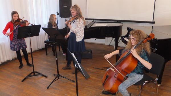 Marta singt nicht nur, sie spielt auch Geige. Zusammen mit ihren Freunden hat sie ein Musikquartett gegründet.                            | Rechte: rbb/Frank Kleemann