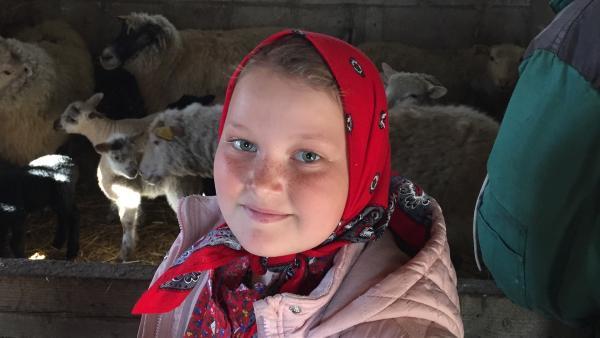 Auf Kihnu haben viele Leute Tiere, die neugeborenen Lämmer gehören Tante Marge. Annis Eltern haben auch Schafe. | Rechte: hr