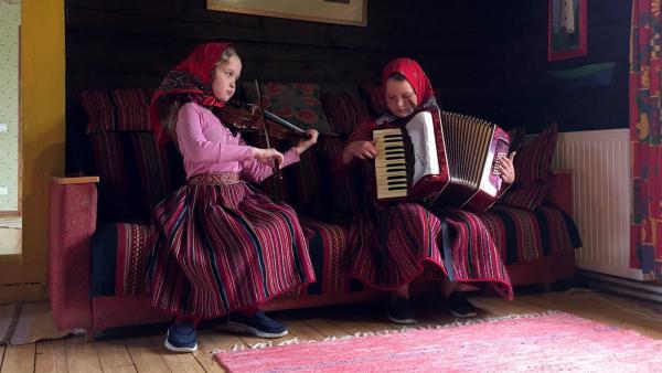 Anni und ihre Klassenkameradin Kai üben für das Konzert am Samstag - Geige und Akkordeon sind die typischen Instrumente auf Kihnu. | Rechte: hr