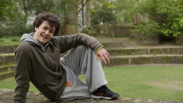 Simon ist 15 Jahre alt, lebt in Berlin und trainiert täglich Parkour. Das ist eine Extremsportart, bei der es darum geht, Hindernisse kunstvoll und präzise zu überwinden. | Rechte: rbb/Ute Hilgefort