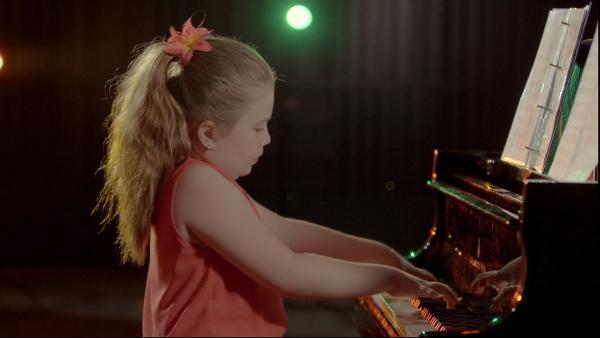 Sophia spielt das Klavier so gut, dass sie mit Erwachsenen an einer Hochschule studiert. | Rechte: Radio Bremen/Klaus Kurth