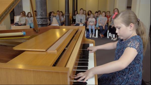 Auch in ihrer Schule wartet ein Konzert auf Sophia: Dort sitzt sie sowohl im Publikum als auch auf der Bühne. | Rechte: Radio Bremen/Klaus Kurth