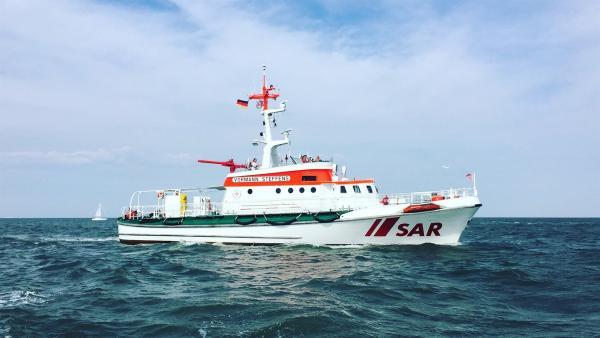 Auf diesem Schiff arbeitet Phils Papa und rettet Menschen aus Seenot. Ab und zu darf auch Phil mit auf Kontrollfahrt. | Rechte: Radio Bremen/Steffen Hudemann