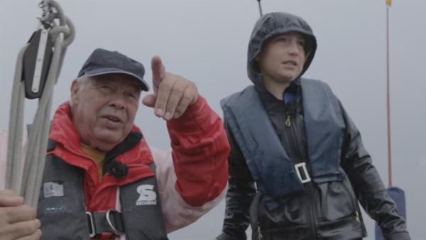 Mit seinem Opa Frank geht Phil gerne Segeln, sogar wenn es stürmt und regnet. | Rechte: Radio Bremen/Steffen Hudemann