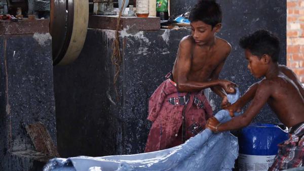 Mit einem anderen Kind muss Ridoy ohne Schutzkleidung das Leder mit Chemikalien behandeln. | Rechte: SWR