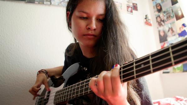 Melanie hat peruanische und deutsche Wurzeln und ist durch das Bass Spielen in einer Band selbstbewusster geworden. | Rechte: SWR/GIGAHERZ GmbH