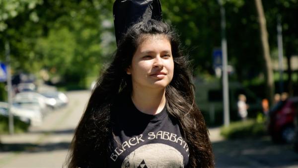 Die 15-jährige Bassistin Melanie hat peruanische und deutsche Wurzeln. | Rechte: SWR/GIGAHERZ GmbH