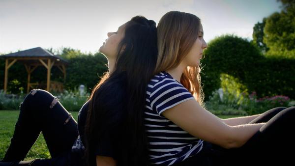Mit Sängerin Jasmin redet Melanie viel über ihre Sorgen und Ängste. Die beiden Mädchen verbindet inzwischen eine tiefe Freundschaft. | Rechte: SWR/GIGAHERZ GmbH