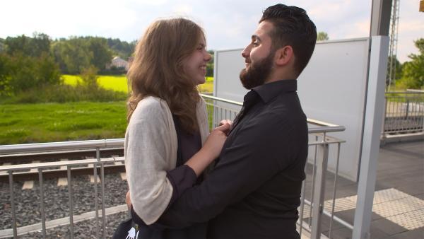 Die beiden merken, dass es manchmal gar nicht so einfach, wenn ein deutsches Mädchen und ein arabischer Junge sich ineinander verlieben. Denn arabische Traditionen und muslimische Religion treffen auf unsere Welt hier in Deutschland und das sorgt nicht selten für Probleme. | Rechte: hr