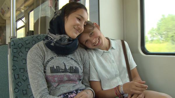 Hanna und Samira sind 13 Jahre alt und beste Freundinnen. Obwohl sich die Mädchen vor 2 Jahren nur mit Händen und Füßen verständigen konnten, mochten sie sich sofort. | Rechte: rbb