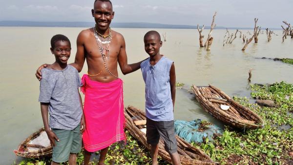 Immer wenn Zakayo und Timmy zu einer der Nachbarinseln oder zum Festland möchten, müssen sie mit den Händen in ihrem kleinen Ambatsch-Kanu durch den Baringo-See paddeln. Zusammen mit Fischer Robin suchen sie nun Holz für ihre eigenen Bootsbauprojekte. | Rechte: rbb/Frank Feustle