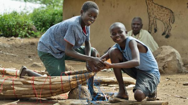 Die beiden Freunde machen sich gleich an die Arbeit, um ihre neuen Ambatsch-Boote zu bauen. | Rechte: rbb/Frank Feustle