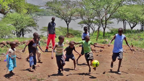Die Freunde spielen auch gern mit anderen Kindern aus dem Dorf Fussball. Auf der Insel gibt es weder Autos noch Fahrräder, denn die würden auf dem Lavageröll-Untergrund gar nicht fahren können. | Rechte: rbb/Frank Feustle