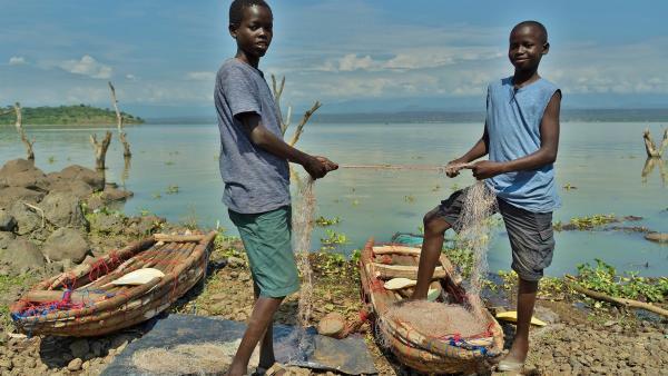 Die beiden reparieren Fischernetze, die sie mit Hilfe der Boote dann auf dem Baringo-See auswerfen werden. | Rechte: rbb/Frank Feustle