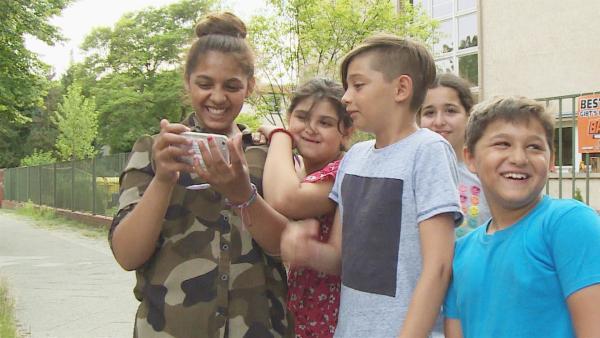 Vanessa und ihre Gruppe freuen sich über die gelungenen Filmaufnahmen. | Rechte: KiKA