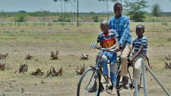 Samuel fährt mit anderen Kinder vom Waisenheim auf dem Fahrrad. | Rechte: SWR/ff-Movie tv Film- und Fernsehproduktion