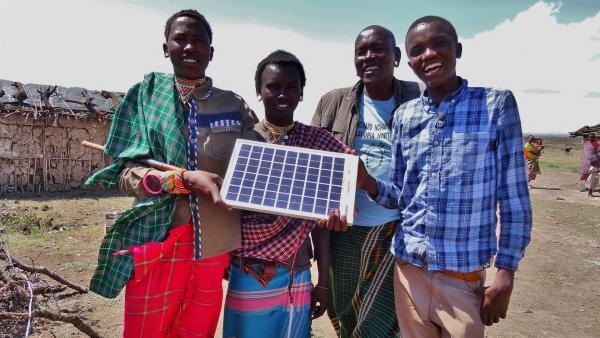 Samuel möchte die Samburu, einem kenianischen Stamm, davon überzeugen, seine mit einer Solarbatterie betriebene Blinklichtanlage aufzustellen. Löwen haben  Angst vor Licht, das blinkt und würden von den Samburu nicht getötet werden. Die Löwen reißen nämlich häufig nachts deren Rinder und Ziegen. | Rechte: SWR/ff-Movie tv Film- und Fernsehproduktion