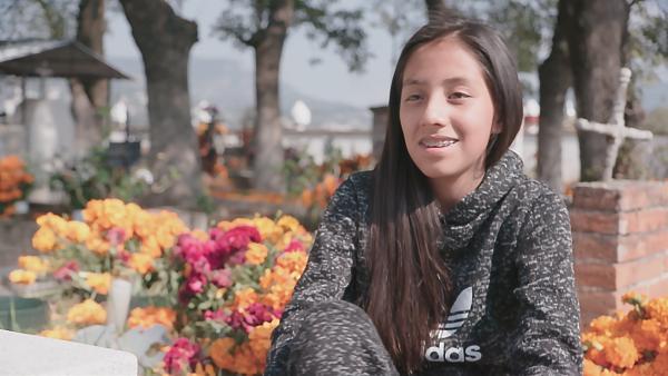 Ari lebt mit ihrer Familie am Rande von Mexiko-City.  Im letzten Jahr ist Aris Opa Pedro gestorben. Sie vermisst ihn sehr. | Rechte: rbb/Anne Misselwitz