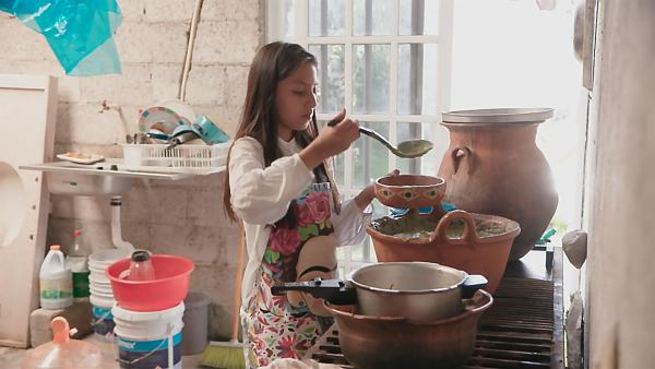 Ari kocht für ihren verstorbenen Opa zum Totenfest sein Lieblingsgericht. | Rechte: rbb/Anne Misselwitz